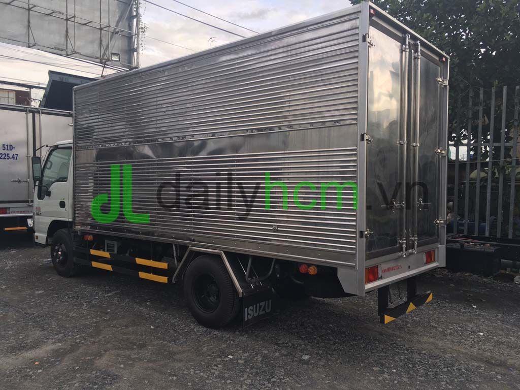 Phía sau thùng xe tải Isuzu thùng kín Inox 2,3 tấn