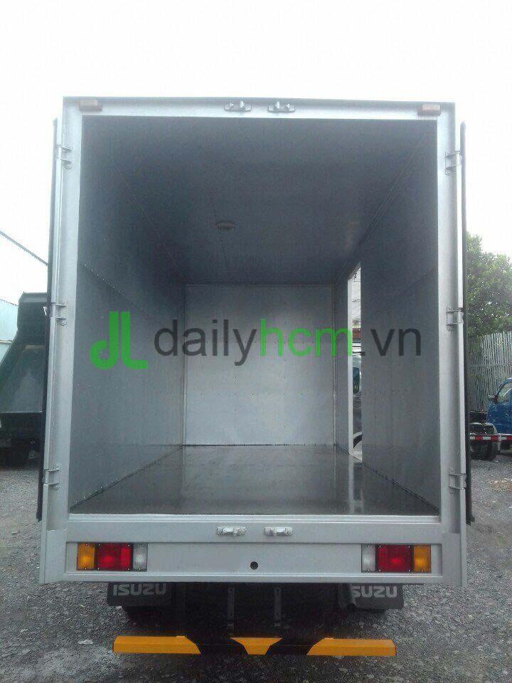 Bên trong thùng xe tải Isuzu thùng kín Inox 2,3 tấn
