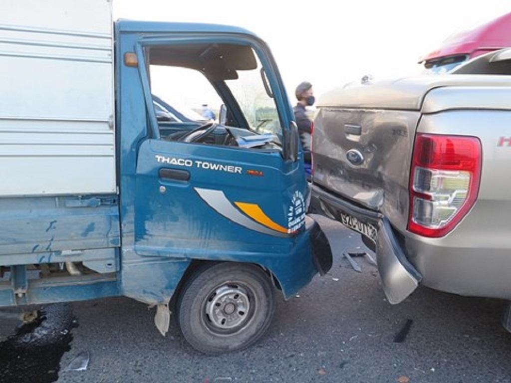 Xe ô tô phanh gấp xe tải không xử lý kịp gấy tai nạn liên hoàn