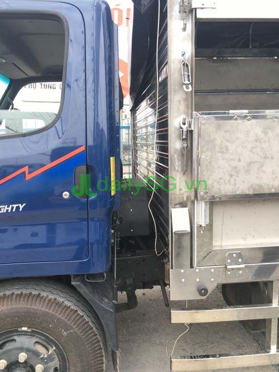 Khoảng cách giữa cabin và thùng xe tải 8 tấn thùng mui bạt Inox chở gạch