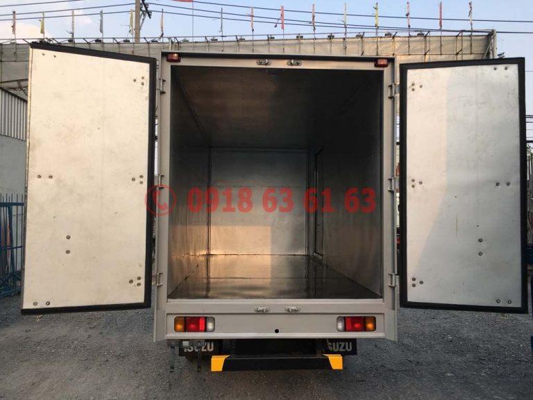 Xe tải isuzu thùng kín euro 4 QKR77HE4 góc nhìn phía sau thùng kín inox