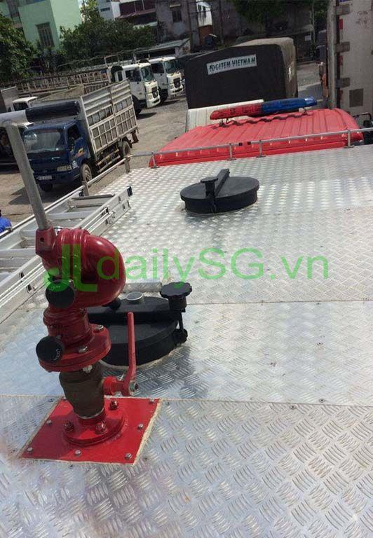 Trên nóc Xe PCCC chữa cháy Hino FG FGJJSB 6 khối bao gồm 5 khối nước và 1 khối bọt chữa cháy