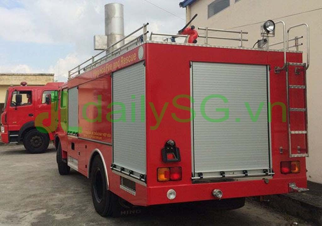 Phía sau Xe PCCC chữa cháy Hino FG FGJJSB 6 khối bao gồm 5 khối nước và 1 khối bọt chữa cháy