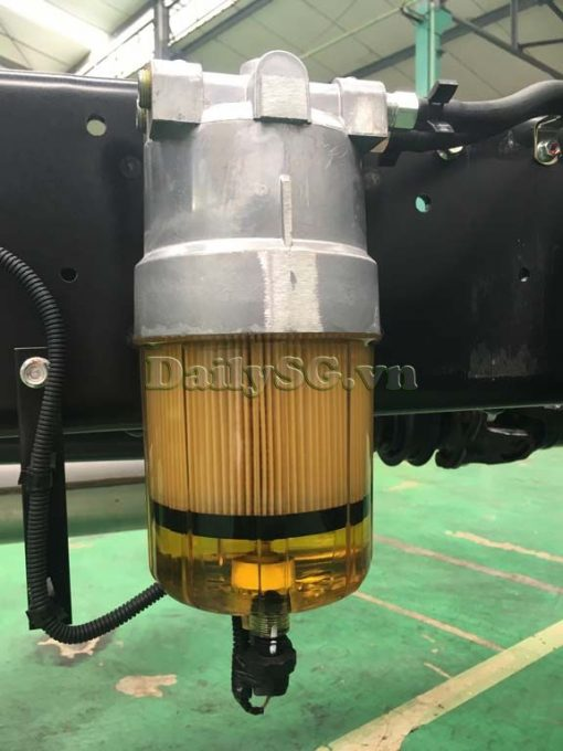 Lọc dầu chính hãng trên Xe tải Isuzu FRR Euro 4 6t2 thùng kín inox nhà máy dài 6m6