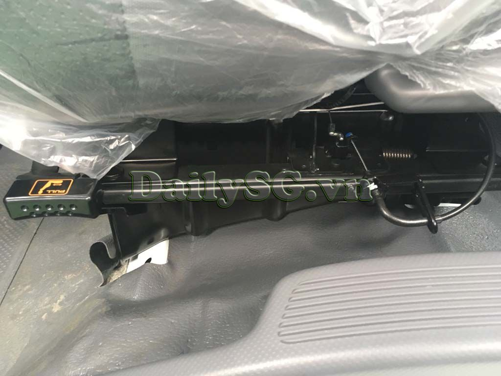 Cần điều khiển ghế tài Xe tải Isuzu FRR Euro 4 6t2 thùng kín inox nhà máy dài 6m6