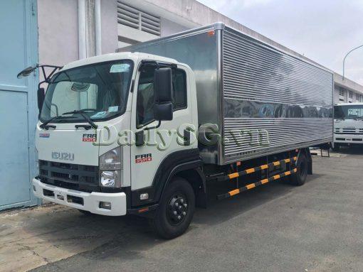 Mặt trước cabin xe tải Isuzu FRR Euro 4 6t2 thùng kín inox nhà máy dài 6m6