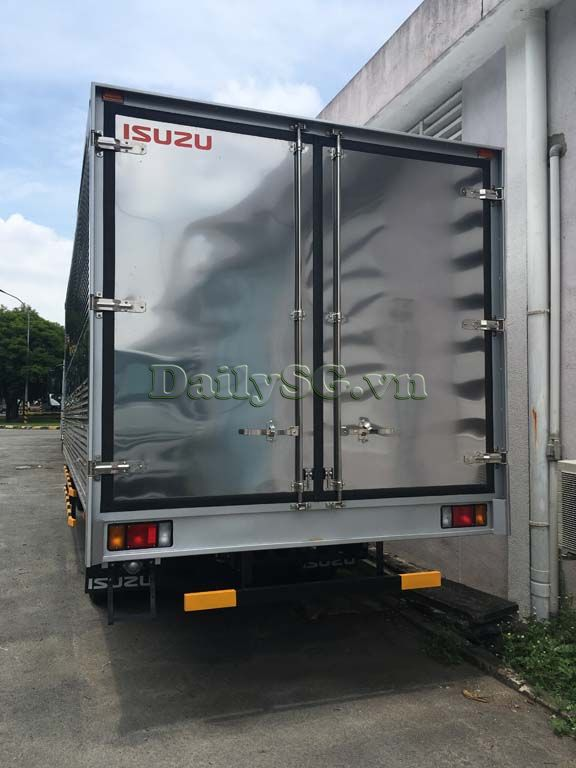 Phía sau xe tải Isuzu FRR Euro 4 6t2 thùng kín inox nhà máy dài 6m6